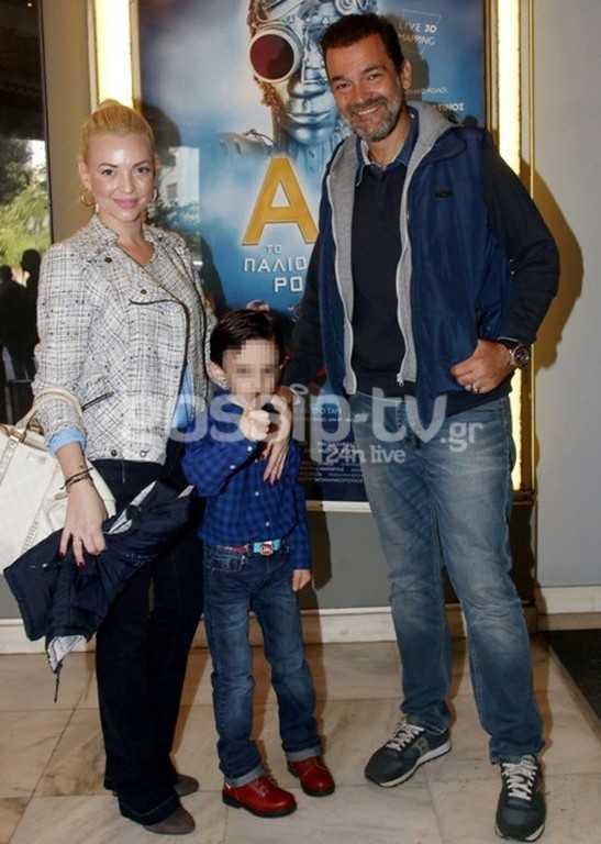 Κωνσταντίνος Καζάκος: Με τον γιο του και τη σύζυγό του σε θεατρική πρεμιέρα!