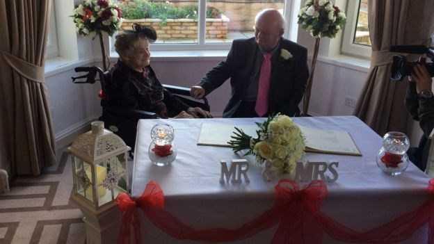 Την είχε αστεφάνωτη 30 χρόνια και την παντρεύτηκε μόλις έκλεισε τα… 100!