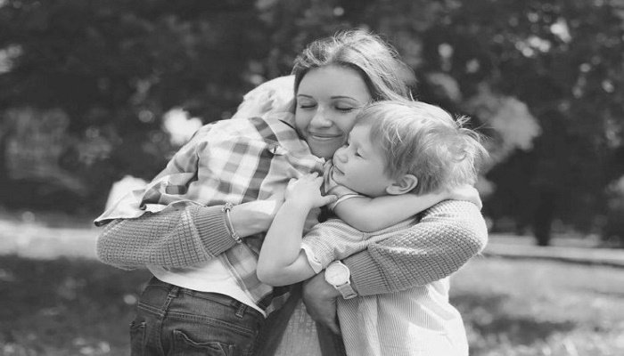 f6b35bd97fa Πόσο ευεργετική είναι η αγκαλιά σε κάθε στάδιο ανάπτυξης ενός παιδιού; -  tromaktiko