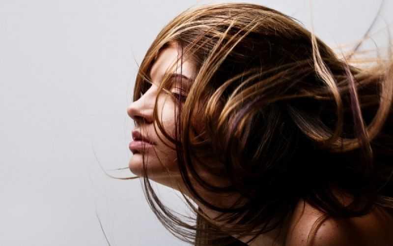 Λιπαρά μαλλιά  Η απλή λύση που δεν σας περνά από το μυαλό - tromaktiko 50660b35c1c