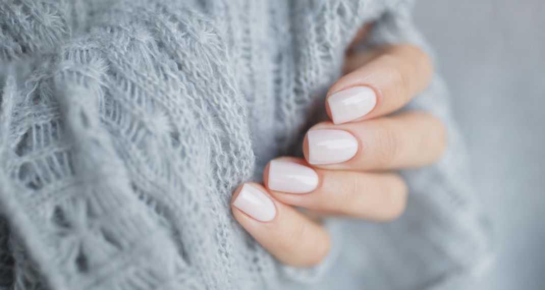 22b4cc34998 Το χρώμα στα νύχια που φοριέται σαν τρελό αυτή την εποχή - Δοκίμασέ το -  tromaktiko