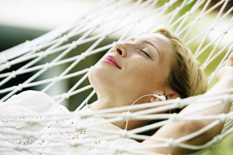 5 ειδικοί μας λένε τι σημαίνει να είμαστε χαρούμενοι