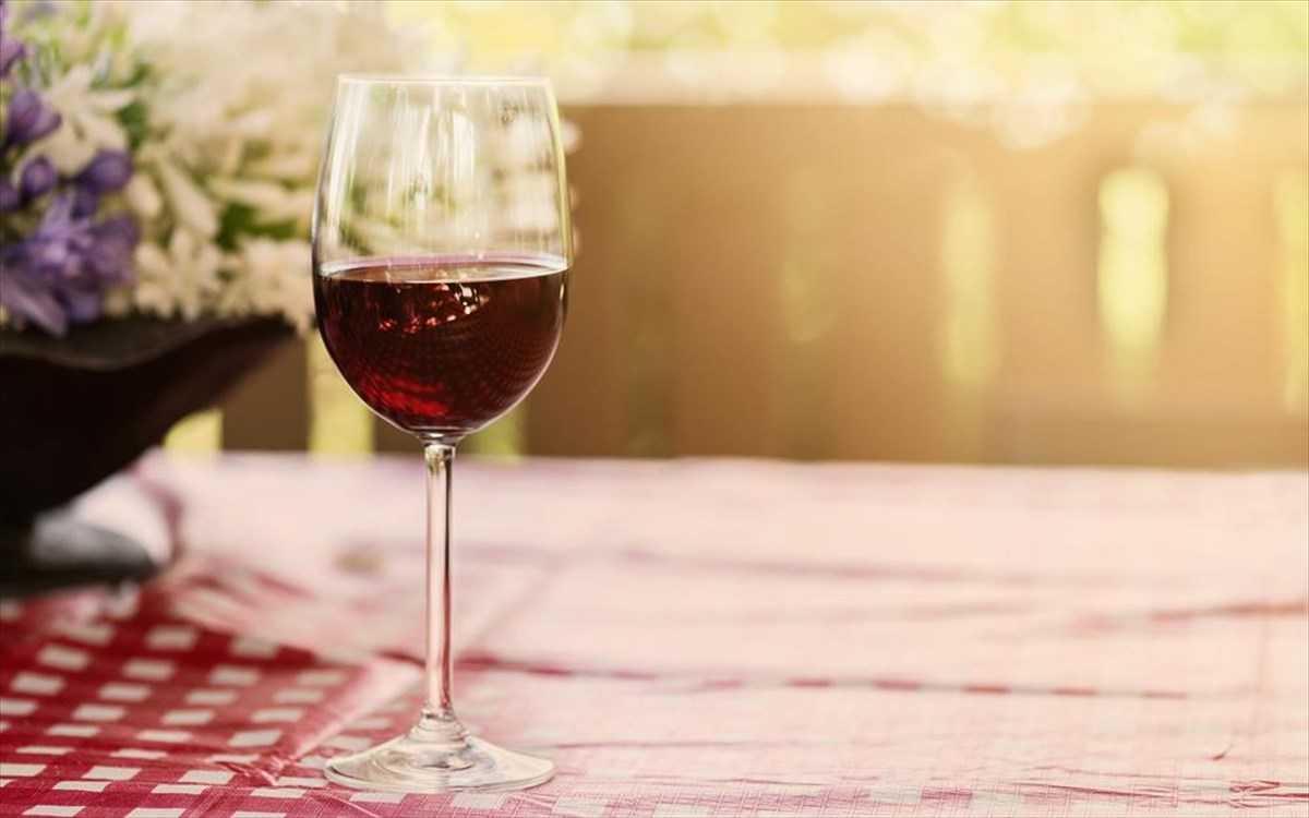 Τι πρέπει να ξέρετε όταν σερβίρετε κρασί μια ζεστή μέρα