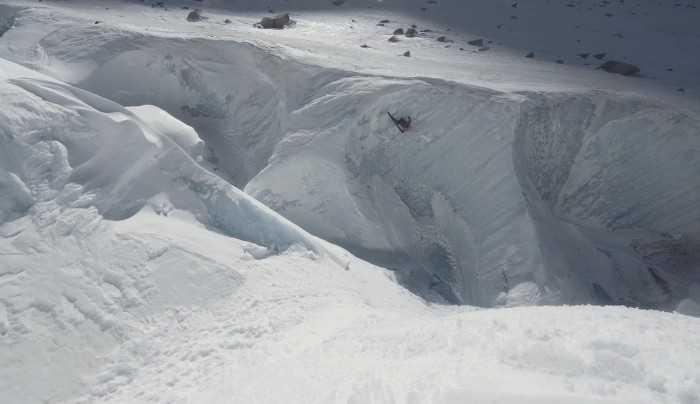 Σκι πάνω και μέσα σε έναν παγετώνα (vid)