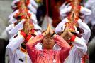 """Ταϊλάνδη: Ο βασιλιάς """"ξήλωσε"""" τους τίτλους της βασιλικής σύντροφου του."""